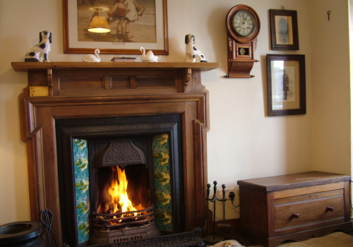 Sitting room with mantelpiece